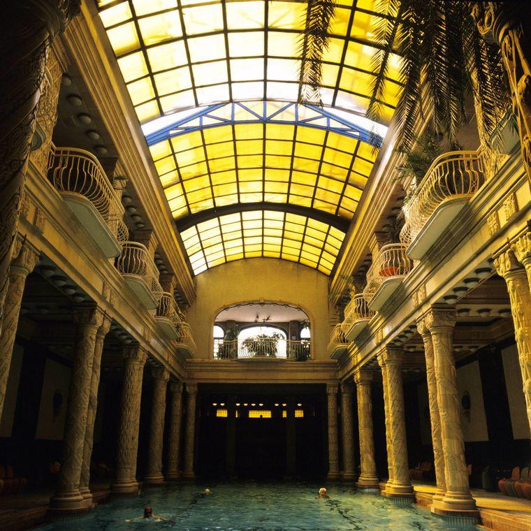 Im Gellértbad in Budapest kannst du dich im Winter wunderbar aufwärmen.