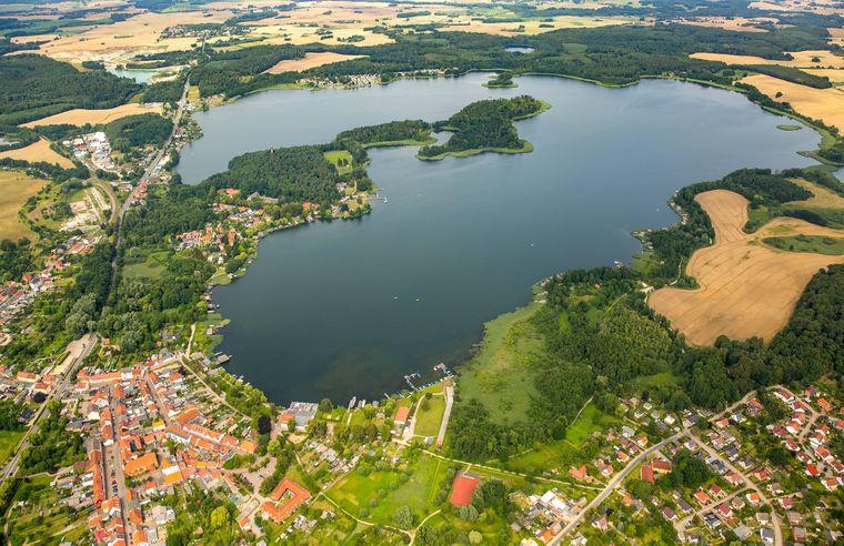 Aus der Luft erinnert der Krakower See an die magische Zahl Sieben.