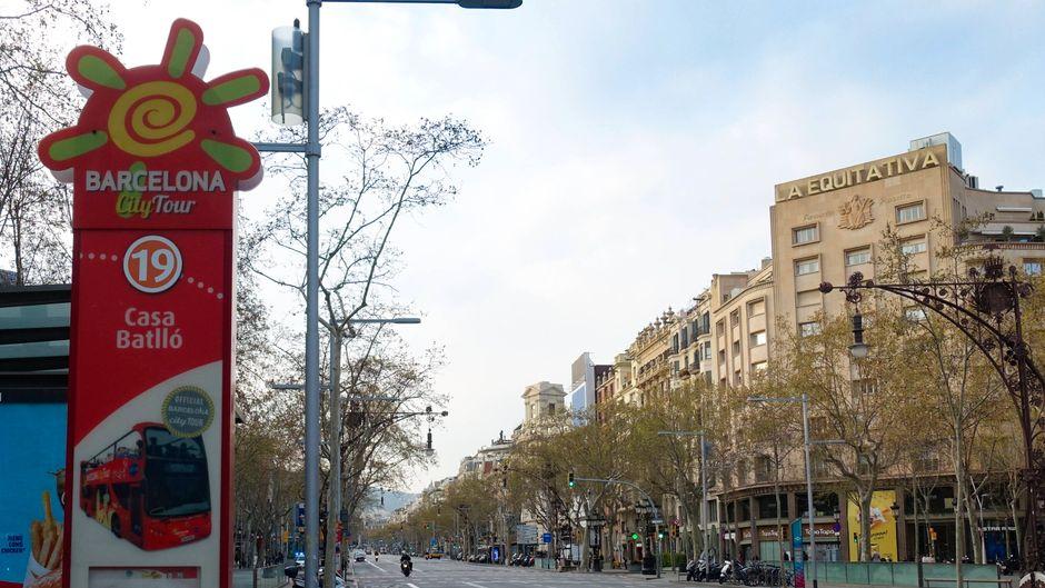 Eine fast menschenleere Straße in Barcelona in einer Zeit, in der sich das Coronavirus in Spanien rasch ausbreitet.