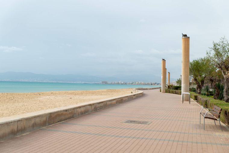 Verwaiste Promenade in Palma de Mallorca, Spanien.