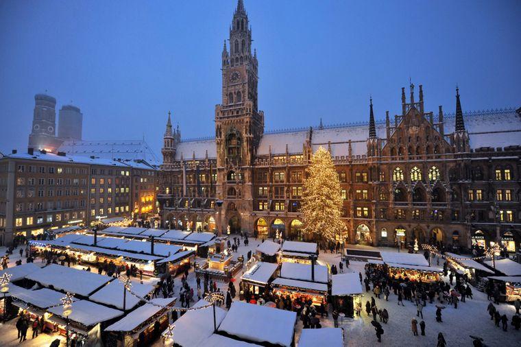 Der Christkindlmarkt in München auf dem Marienplatz.