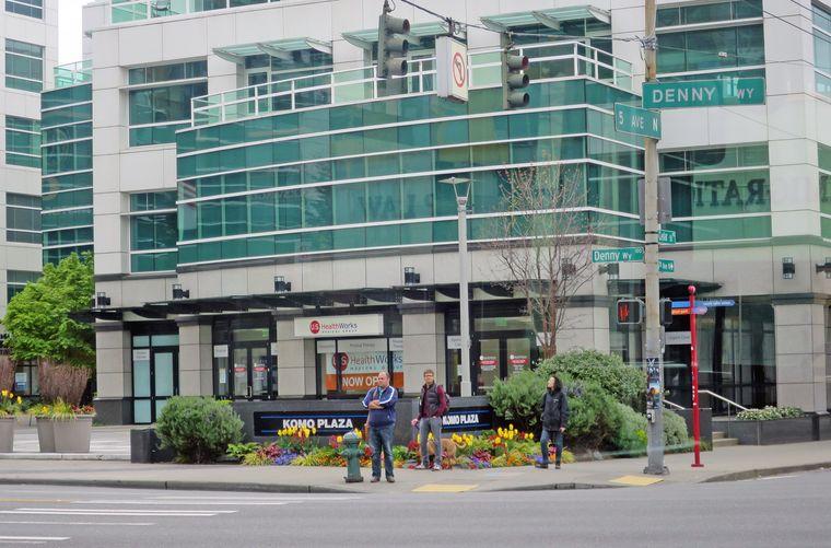 Die Außenfassade der Komo Plaza ist der Drehort für das Krankenhaus, die Innenaufnahmen wurden allerdings im Tacoma Krankenhaus gedreht.
