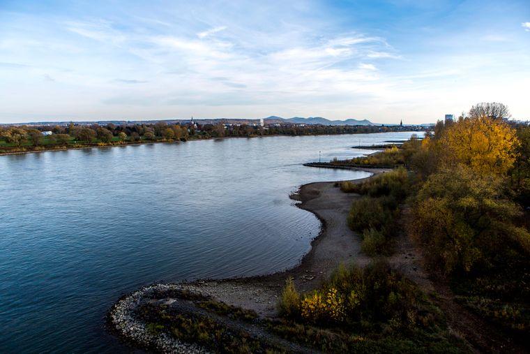 Der Rhein bei Bonn mit Blick nach Süden auf das Siebengebirge im Hintergrund.