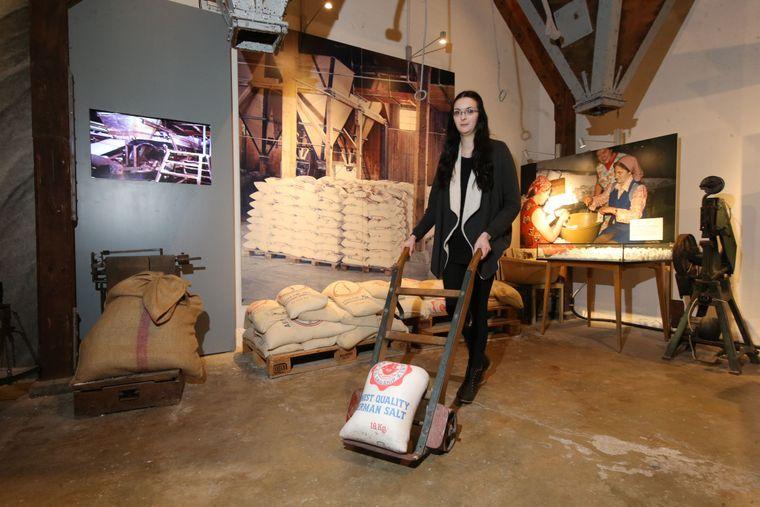 Museumsmitarbeiterin Melissa Eryavuz (20) mit einer Sackkarre im Salzmuseum.