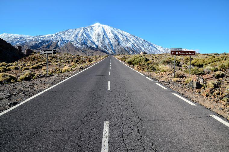 Wüstenlandschaft vor dem imposanten Vulkan Teide im Nationalpark auf Teneriffa.