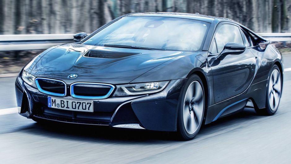 Ein BMW i8 während einer Fahrt auf einer Autobahn. (Kennzeichen abgeändert)