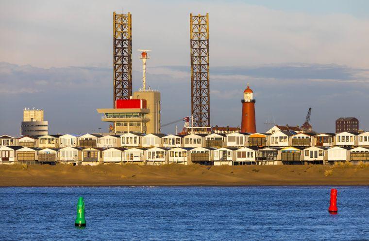 Der Leuchtturm am Hafen von Ijmuiden wacht über die Küste in Nordholland.