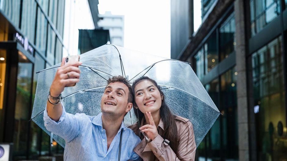 Reisen bei Regen kann auch Spaß machen. (Symbolbild)