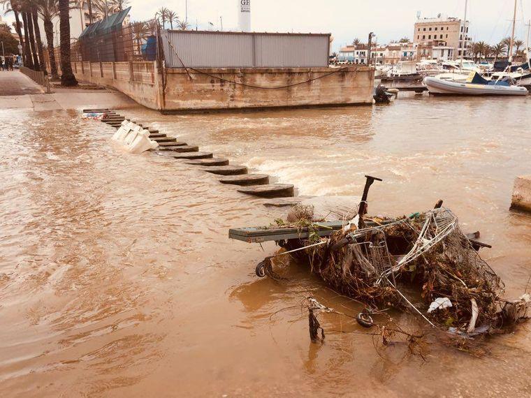 Dieses Bild entstand Ende März. Wieder spülte Starkregen Abfälle ins Wasser der Bucht von Palma.