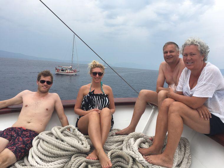 Generationsübergreifend genießen zum Beispiel Matthias Wolf und seine Lebensgefährtin Anke Faust (r.) die Reise mit Tochter Nina Kaprolat und ihrem Freund Arne Syberg (l.).