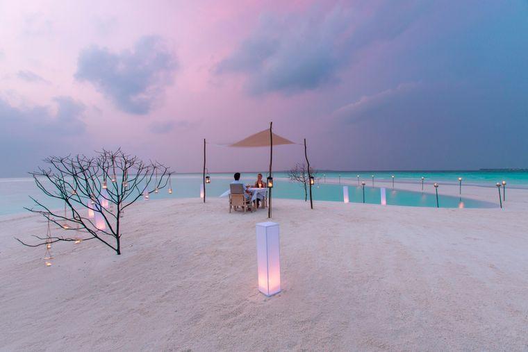 Candlelight-Dinner im Milaidhoo Island Resort auf den Maldiven.