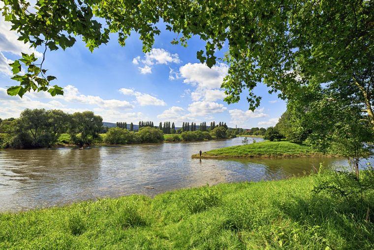 Die Weser fließt ruhig durchs Weserbergland in der Nähe von Höxter.
