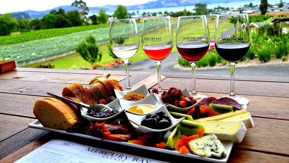 Wein und Brotplatte in Mercury Bay in Neuseeland