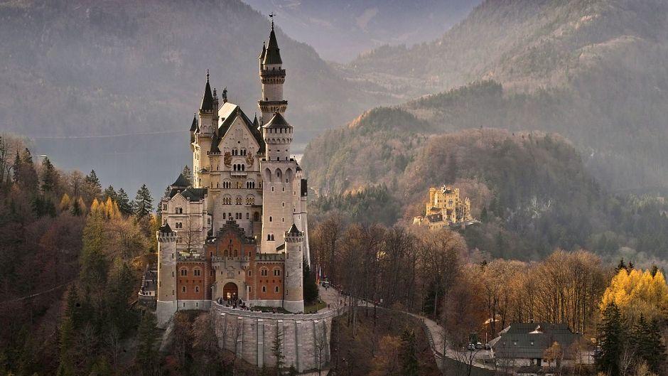 Das Schloss Neuschwanstein in Bayern aus einer anderen Perspektive.