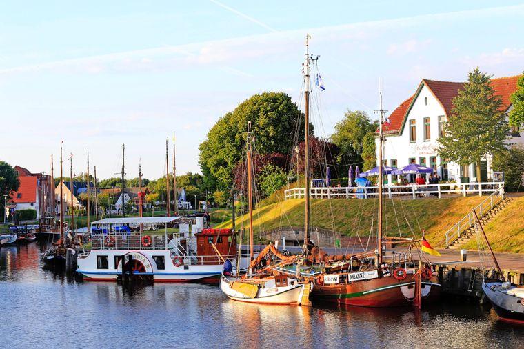 Mit dem Aufbau des Deutschen Sielhafenmuseums wurde der Hafen von Carolinensiel vor historischer Kulisse originalgetreu restauriert.