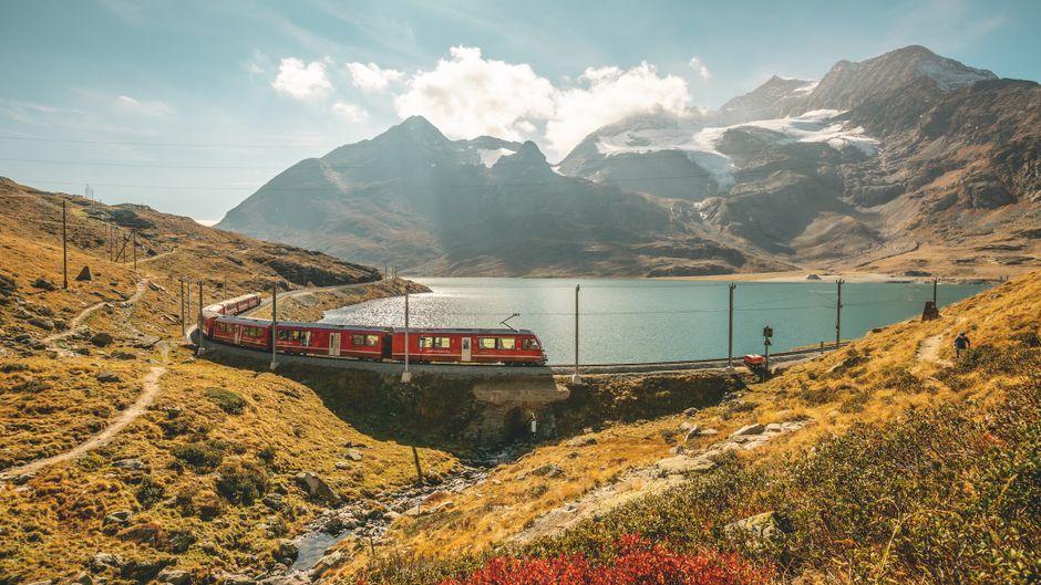 Rhaetische Bahn am Lago Bianco auf dem Berninapass mit Piz Bernina im Herbst.Switzerland Tourism/Jan Geerk