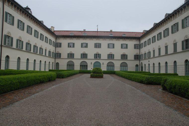 Innenhof des Schlosses Possenhofen in Bayern.
