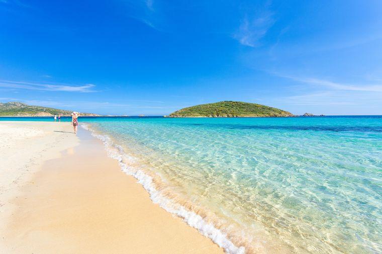 Blick auf den Tuerreda Beach auf Sardinien.