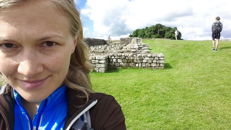 reisereporter-Autorin Isabell Prophet am Hadrianswall.