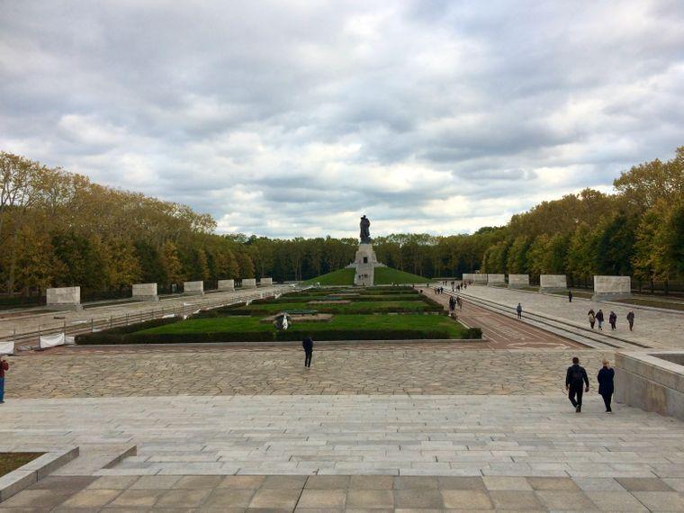 Das Sowjetische Ehrenmal ist gleichzeitig ein Ehrenfriedhof. Die Gräber zahlreicher gefallener Rotarmisten befinden sich hinter den 16 Sarkophagen unter den Platanen.