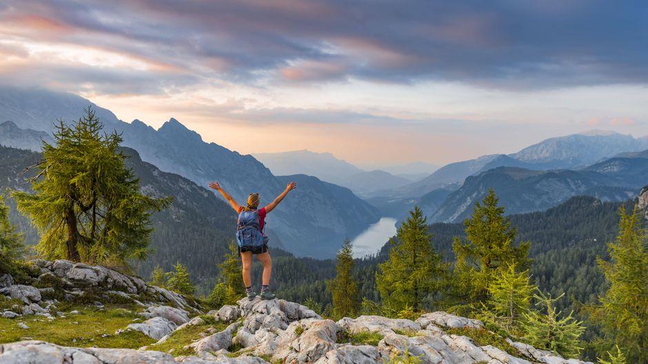 Wanderin am Gipfel des Feldkogel mit Blick auf den Königssee im Nationalpark Berchtesgaden.