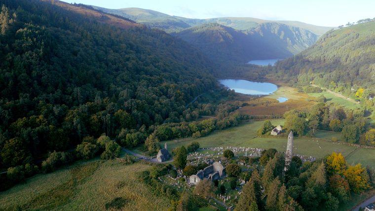 In einem Tal der Wicklow Mountains kannst du auf dem Glendalough Lake Walk gleich um zwei Seen wandern.