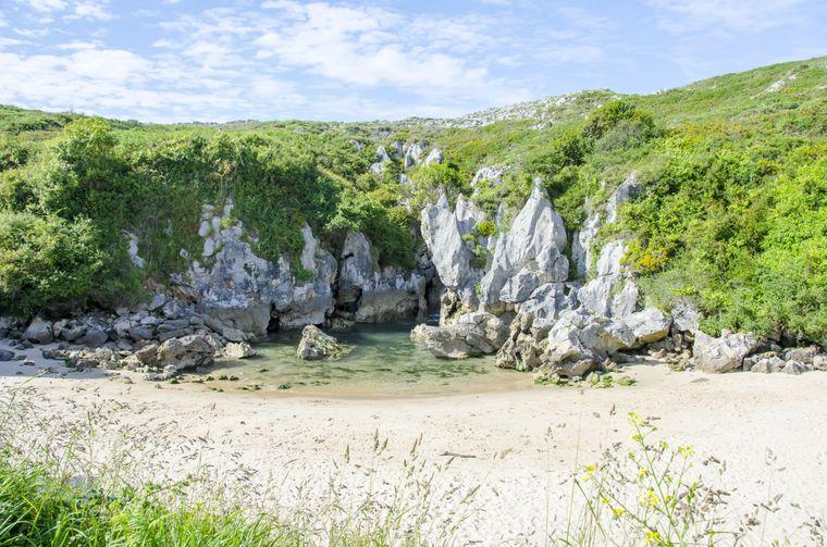 Die Playa de Gulpiyuri ist ein Binnenstrand, der nicht an der Küste, sondern im Grünen liegt.
