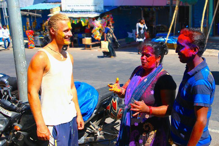 Christopher Schacht ging mit 50 Euro auf Weltreise und besuchte auch Holi-Festival in Indien.