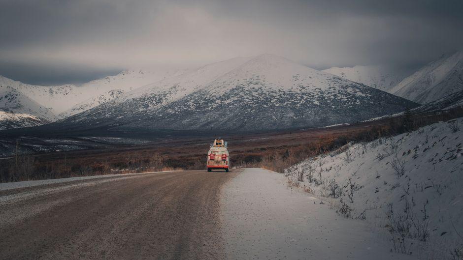 Ein Bulli fährt durch die verschneite Landschaft in Kanada.