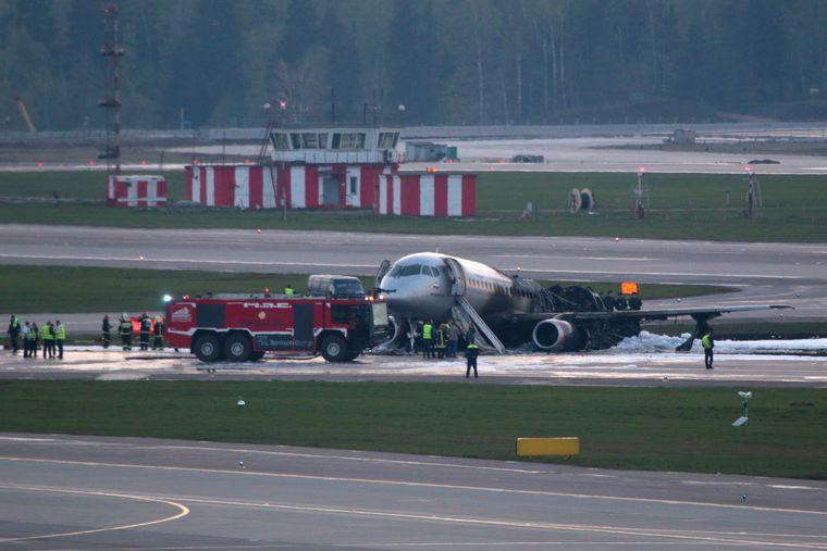 Die Maschine wurde nach der Feuer-Landung am Flughafen von Moskau gelöscht.