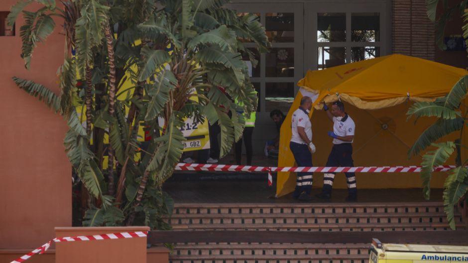 Die Behörden stellen Isolationszelte auf, Krankenwagen sind ebenfalls vor Ort.