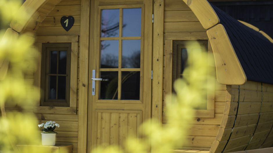 Eingangsbereich eines Schlaffasses auf dem Campingplatz Erbenwald.