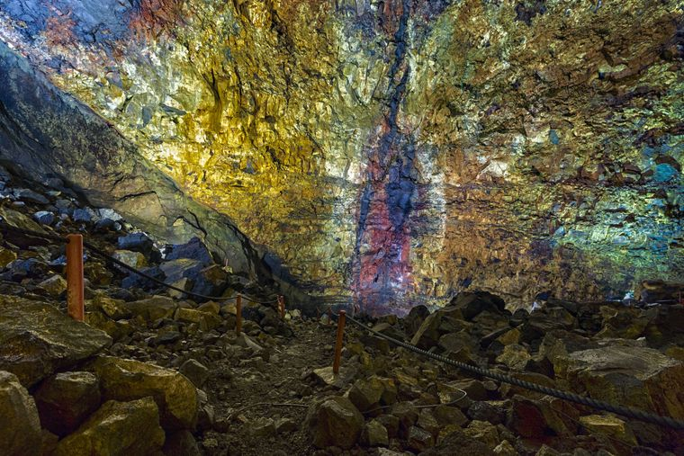 Wir befinden uns in einem Vulkan, genauer in der Magmakammer des Thrihnukagigur auf Island. Er ruht seit 4.000 Jahren und ist ein einzigartiges Naturphänomen – vor allem wegen der psychedelischen Färbung im Inneren, geschaffen durch erkaltetes Magma. Abenteurer können sich in die Kammer abseilen.