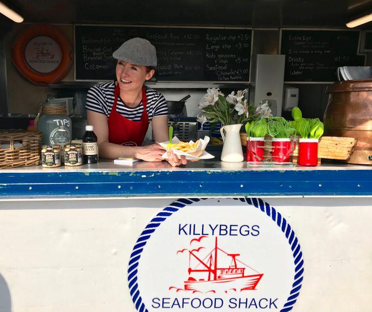 Bei einer Reise lohnt sich ein Besuch in der Hafenstadt Killybeg in Donegal, wo Mairead Andersen traditionellen Sea-Chowder, eine Suppe mit Fisch und Meeresfrüchten, verkauft.
