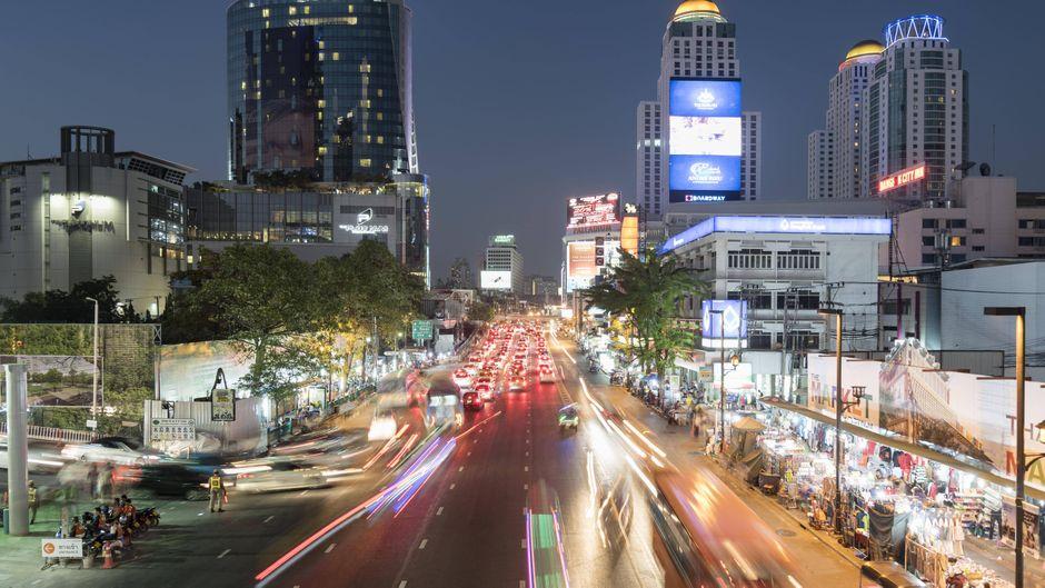 Ratchaprarop Road in Bangkok, Thailand, am Abend.