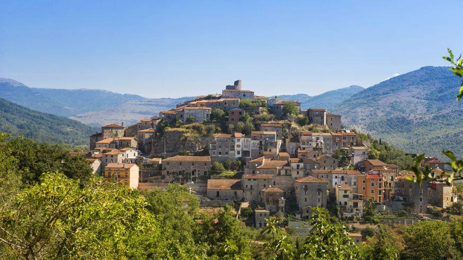 Blick auf die Burg Pittari in Cilento, Kampanien, Italien.