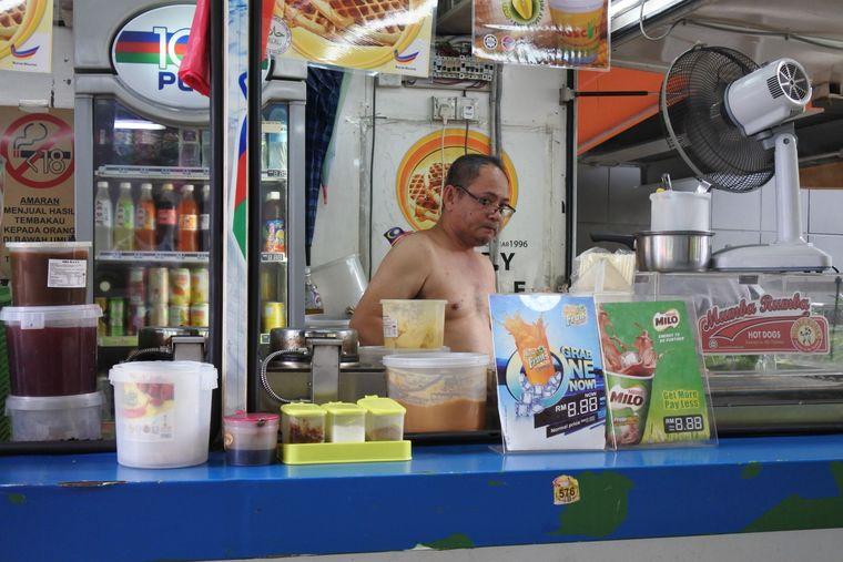 Kein T-Shirt, dafür aber ein Ventilator: In der Küche geht es heiß her.