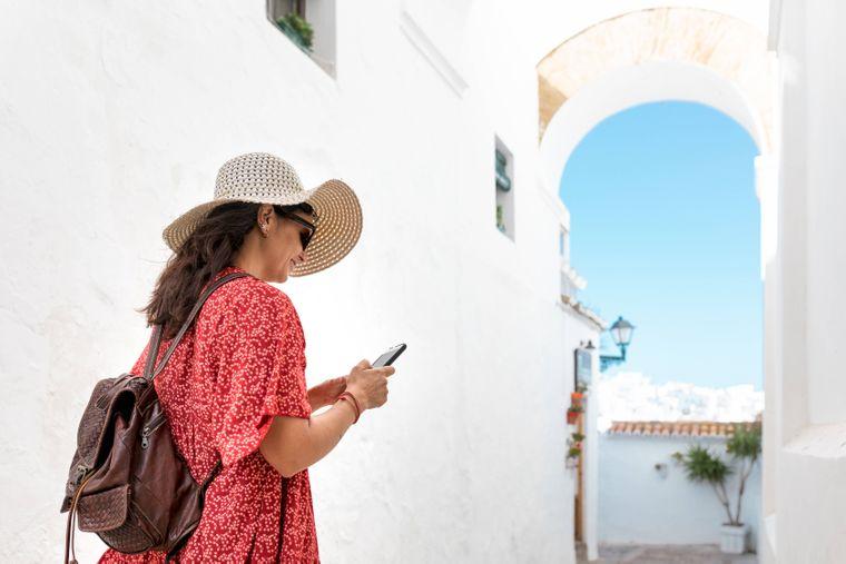 Die Sonnenbrille darf als Accessoire im Griechenland-Urlaub auf keinen Fall fehlen.