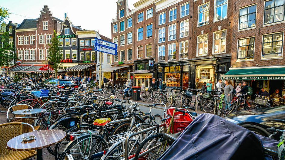 Fahrräder, so weit das Auge reicht – in Amsterdam gehören sie zum Stadtbild einfach dazu. Aber ist die niederländische Hauptstadt auch die fahrradfreundlichste Stadt der Welt?