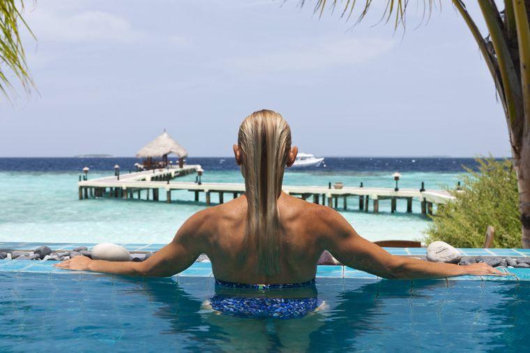 Entspannen im Pool, zum Beispiel auf der Insel Eriyadu, ist auf den Maledieven möglich.