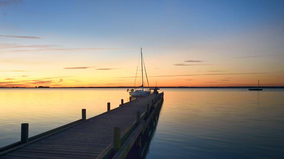 Ein perfekter Tag am Steinhuder Meer endet natürlich mit einem wunderschönen Sonnenuntergang am Bootsanleger.