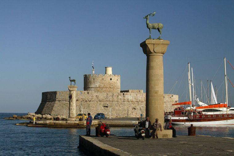 Einfahrt zum Mandraki-Hafen mit Fort Nikolaos. Früher wurde angenommen dass der Koloss von Rhodos dort stand.