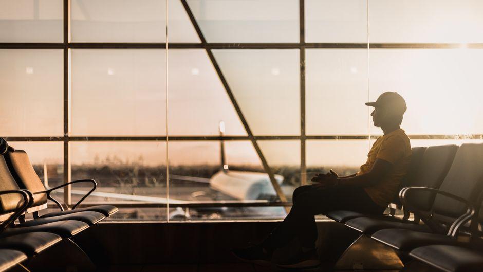 Ein Passagier wartet in der Abflughalle.