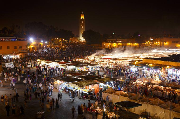 Blick auf den Djemaa el Fna in Marrakesch bei Nacht.