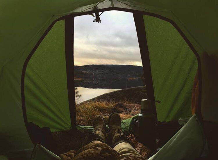 Allein im späten Herbst bei einem See in Norwegen übernachtet. Nics erste Erfahrung über Nacht allein in der Natur.
