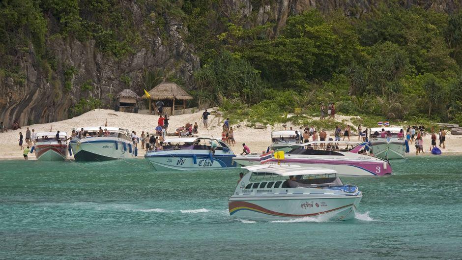Boote und Touristen in der Maya Bay auf Koh Phi Phi, Thailand.