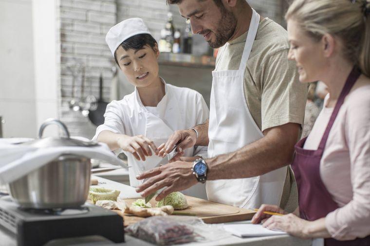 Im Pärchen-Kochkurs lernt ihr, euer eigenes romantisches Essen zuzubereiten.