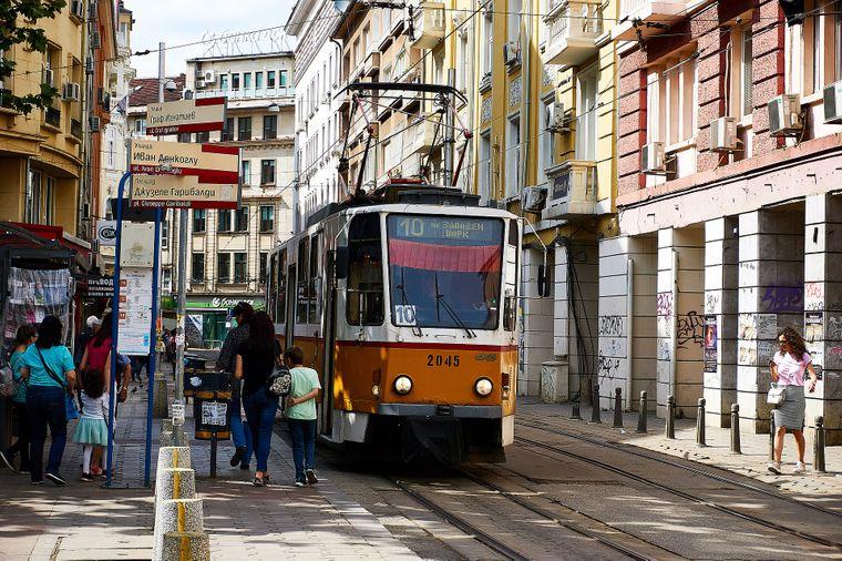 Straßenbahn in den engen Gassen von Sofia.