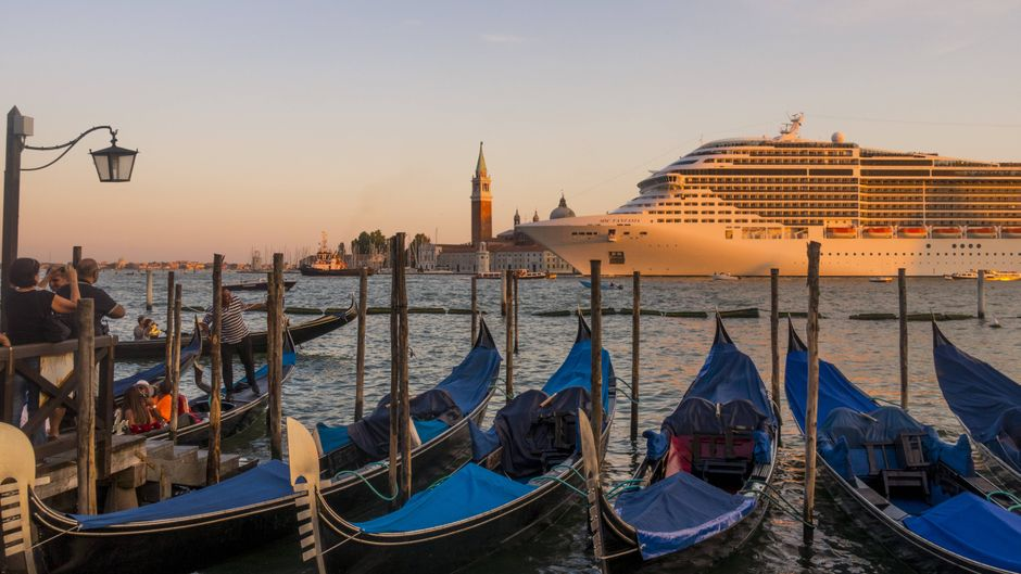 "Kreuzfahrtschiff ""MSC Fantasia"" vor dem Markusturm am Markusplatz in Venedig."