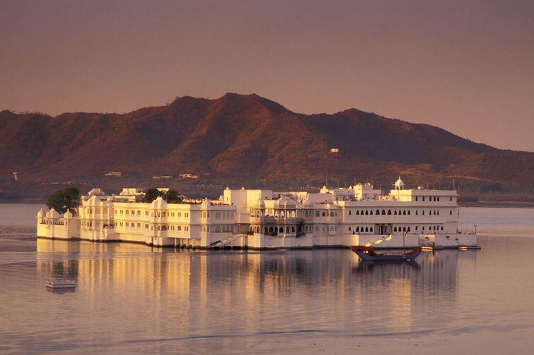 "Abendstimmung am ""Taj Lake Palace""-Hotel auf dem Pichola-See in Udaipur in Nordindien"